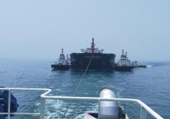 """钦州港首次完成7万吨级重载无动力船舶""""雪绒花""""轮拖带进港靠泊"""