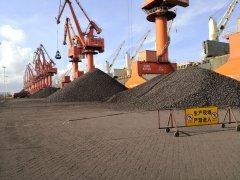 钦州码头公司首次接卸外贸进口热压铁块